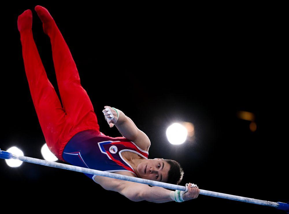 Никита Нагорный выполняет упражнения на перекладине в финале соревнований по спортивной гимнастике среди мужчин на XXXII летних Олимпийских играх