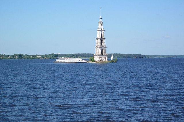 Краса Калязина - затопленная колокольня.