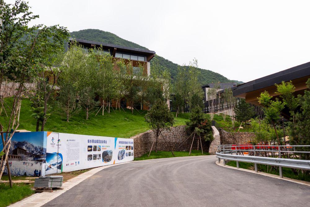 Олимпийская деревня в Яньцине, где будут проживать члены делегаций и атлеты, участвующие в соревнованиях по горнолыжному спорту, бобслею, санному спорту, скелетону
