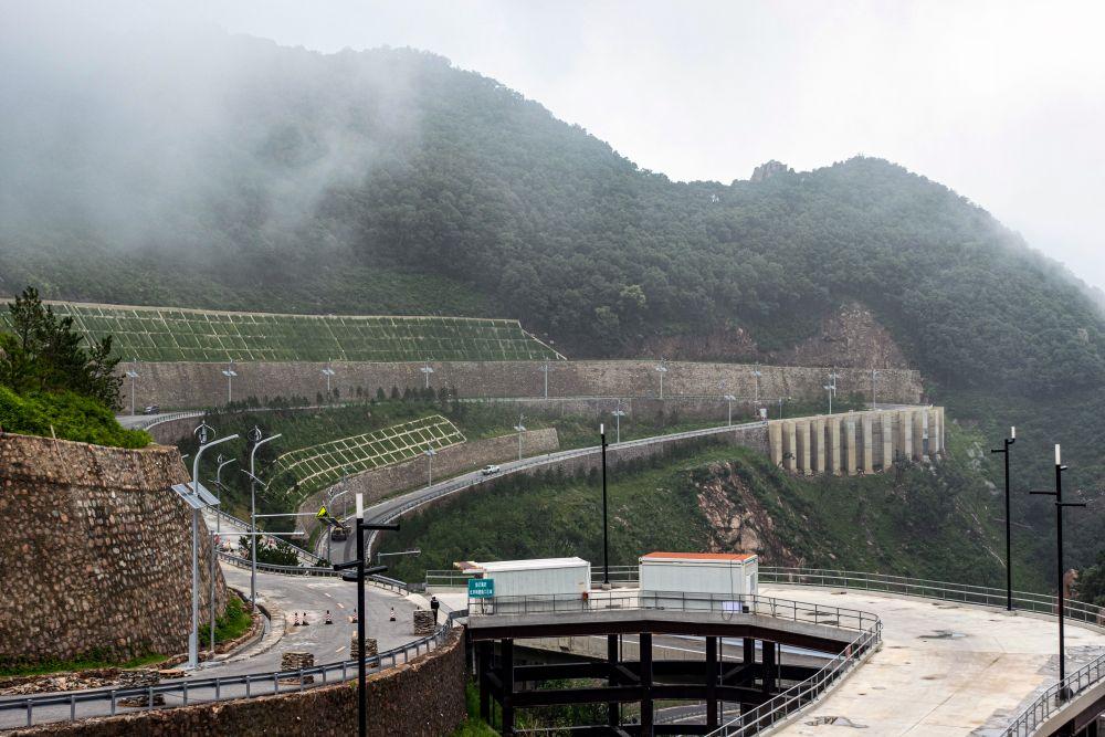 Строительные работы в олимпийском кластере в пригороде Пекина - Янцине, где будут проходить соревнования по горным лыжам
