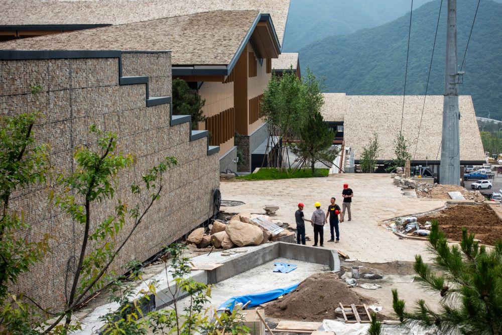 Строительные работы на территории олимпийской деревни в Яньцине, где будут проживать члены делегаций и атлеты, участвующие в соревнованиях по горнолыжному спорту, бобслею, санному спорту, скелетону