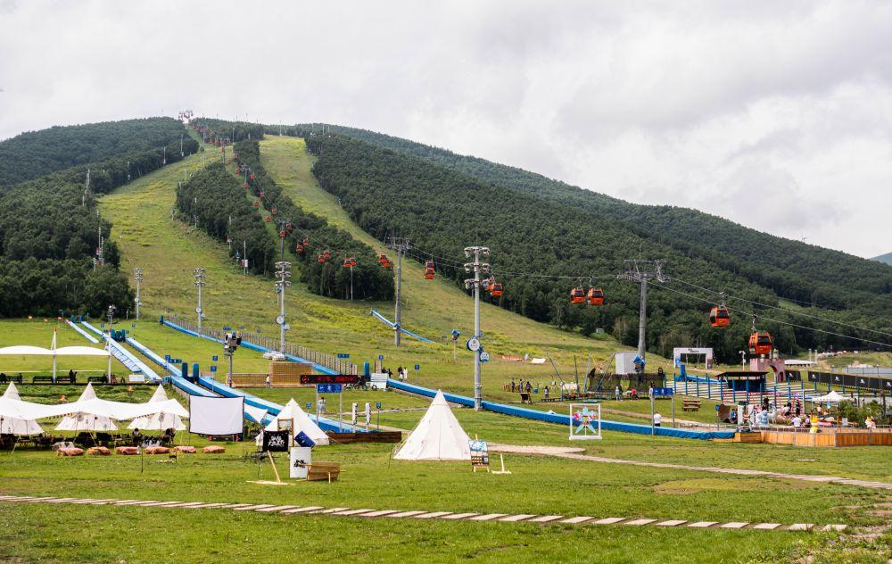 Горнолыжные трассы на одном из горнолыжных курортов города Чжанцзякоу в провинции Хэбэй, где в феврале 2022 года будут проходить олимпийские соревнования по лыжным гонкам, биатлону, сноуборду, прыжкам с трамплина