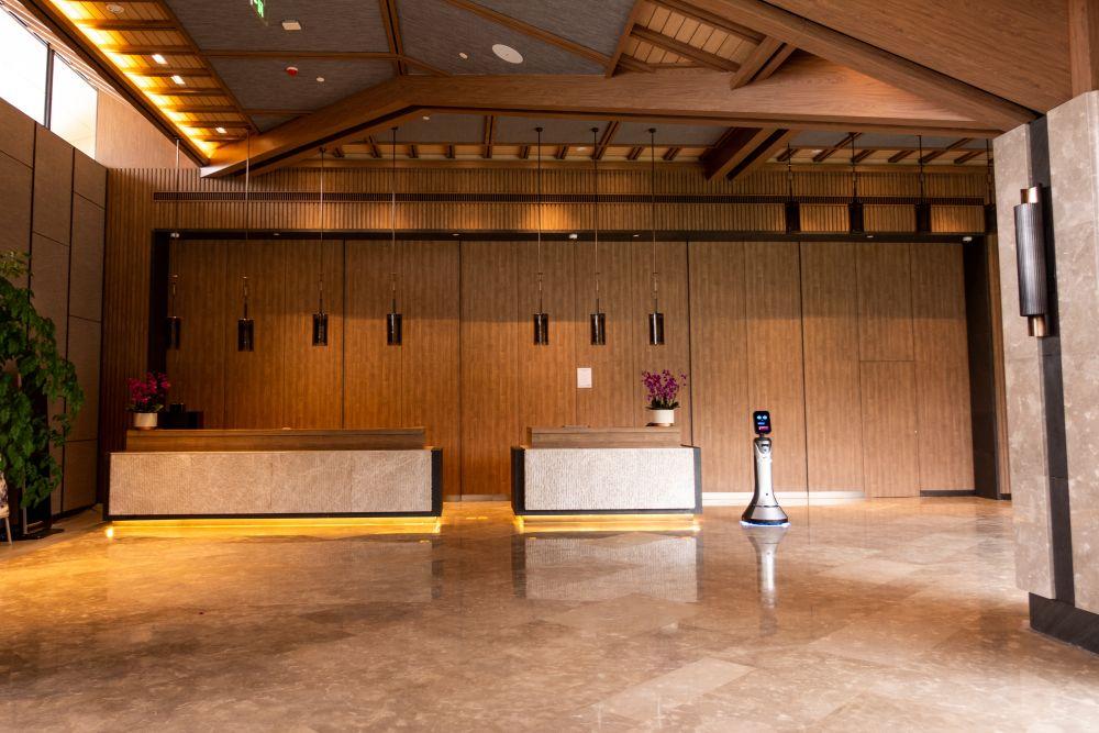 Ресепшн в холле гостиницы олимпийской деревни в Яньцине, где будут проживать члены делегаций и атлеты, участвующие в соревнованиях по горнолыжному спорту, бобслею, санному спорту, скелетону