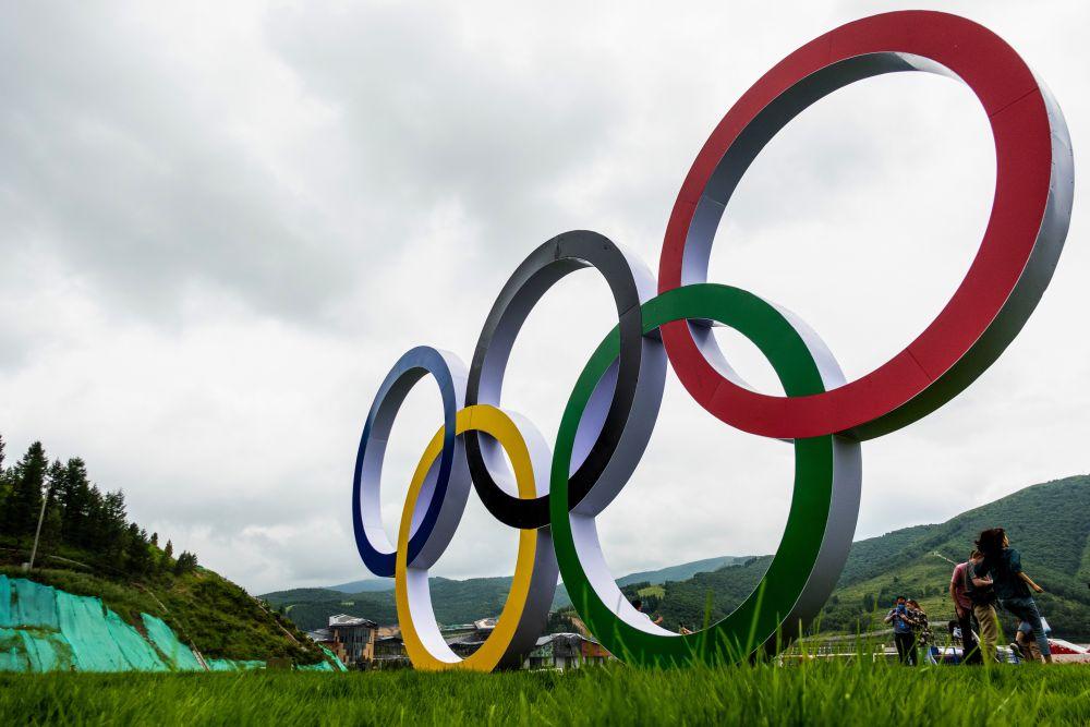 Олимпийские кольца в олимпийской деревне в Чжанцзякоу для атлетов, которые будут участвовать в соревнованиях по лыжным гонкам, биатлону, сноуборду, прыжкам с трамплина