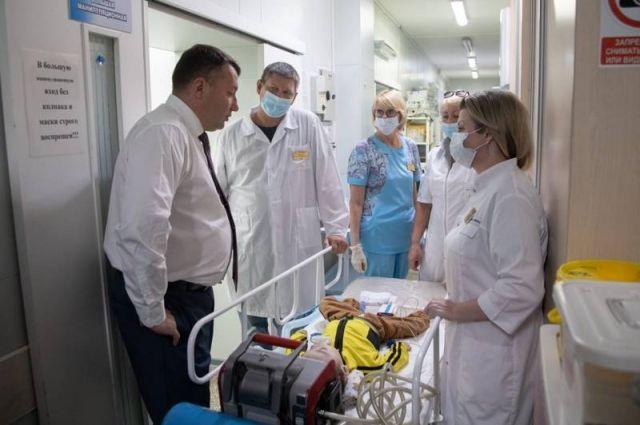 В полете маленького пациента сопровождают врач анестезиолог-реаниматолог и медицинская сестра.