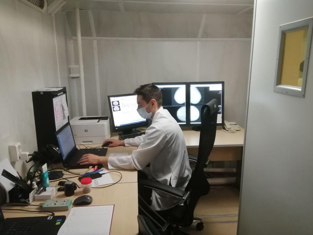 В рентген кабинете можно сделать флюорографию и маммографию. Результат готов через четверть часа
