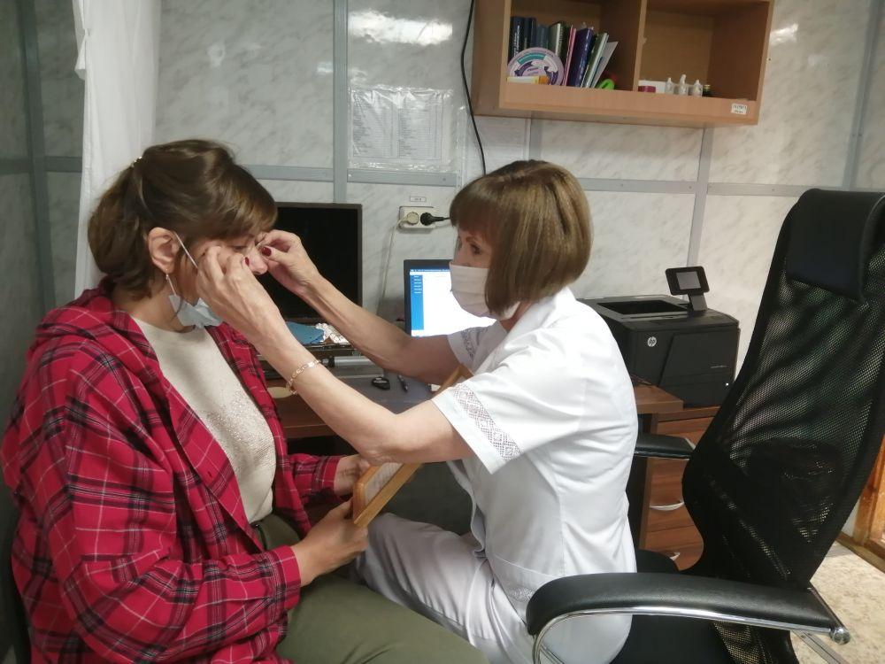 Офтальмолог Людмила Пилипенко подбирает пациентке очки
