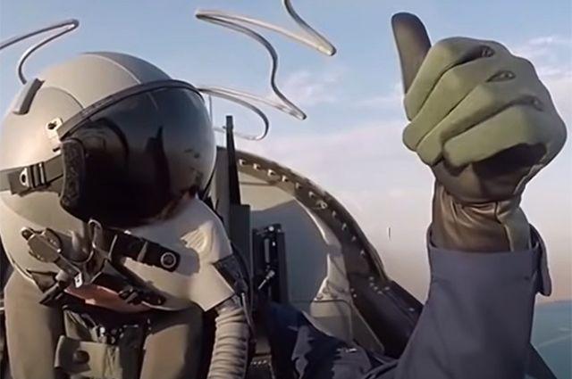 «Верховный Главнокомандующий Вооружёнными Силами страны, облачившись в специальный костюм, в полной экипировке военного лётчика занял место за штурвалом нового военного самолёта, чтобы испытать его, - сообщает «Туркменистан сегодня».