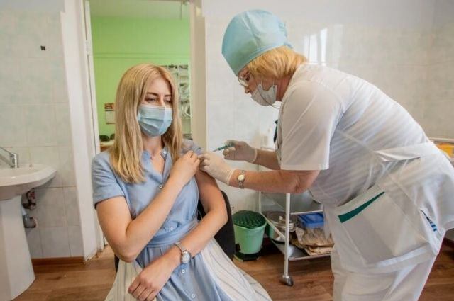 Сотрудники могут поставить прививку, как по месту жительства, так и во внебольничных пунктах на самом заводе.
