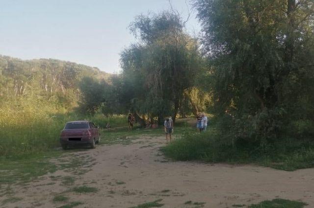 В Новотроицке водитель Kia наехал на ребенка на пляже на Урале.