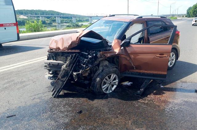 Машины от удара превратились в груду металла, пострадавших пришлось извлекать около 40 минут.