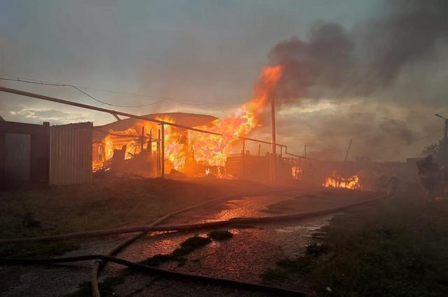 Из-за удара молнии в Башкирии сгорели два жилых дома и несколько построек