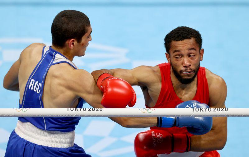 Российский спортсмен Альберт Батыргазиев и американский спортсмен Дьюк Рэган (слева направо) в финальном поединке соревнований по боксу среди мужчин в весовой категории до 57 кг на XXXII летних Олимпийских играх в Токио