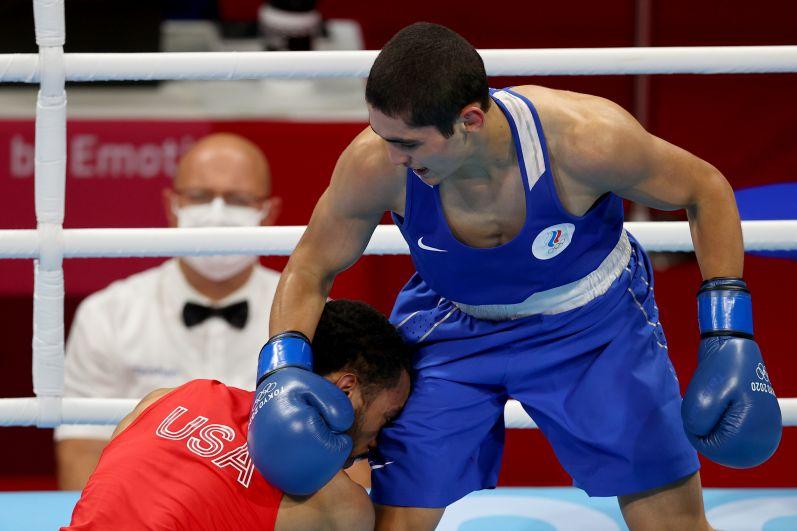 Американский спортсмен Дьюк Рэган и российский спортсмен Альберт Батыргазиев (слева направо) в финальном поединке соревнований по боксу среди мужчин в весовой категории до 57 кг на XXXII летних Олимпийских играх в Токио