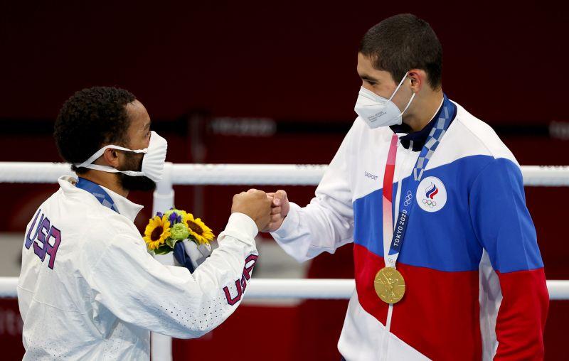 Дьюк Рэган (США, серебро) и Альберт Батыргазиев (ОКР, золото) во время церемонии награждения на XXXII летних Олимпийских играх в Токио