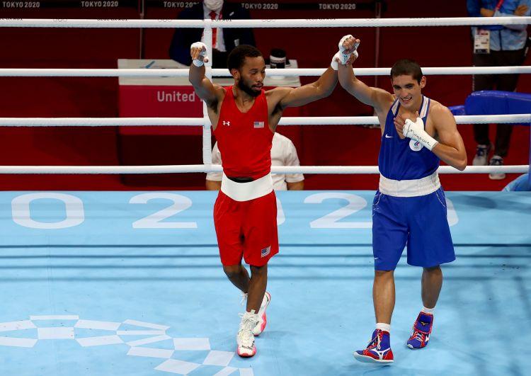 Американский спортсмен Дьюк Рэган и российский спортсмен Альберт Батыргазиев (слева направо) завершения финального поединка соревнований по боксу среди мужчин в весовой категории до 57 кг на XXXII летних Олимпийских играх в Токио