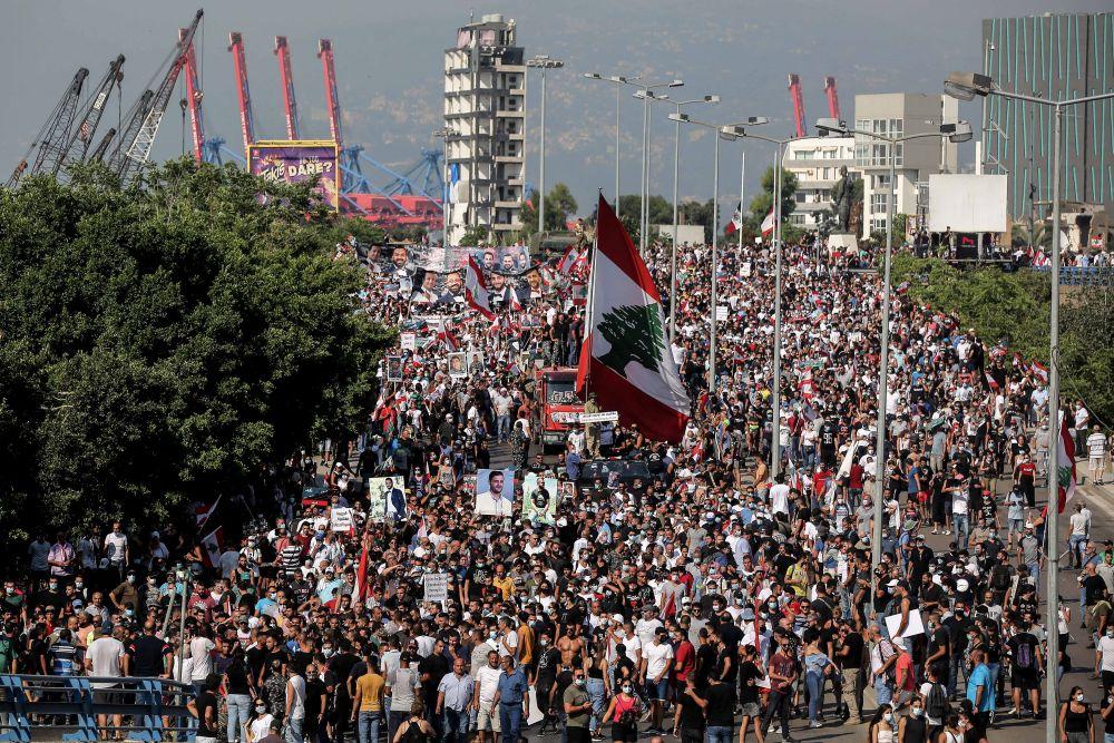 Люди пришли на центральную площадь города, чтобы принять участие в митинге, посвящённом годовщине взрыва в порту Бейрута