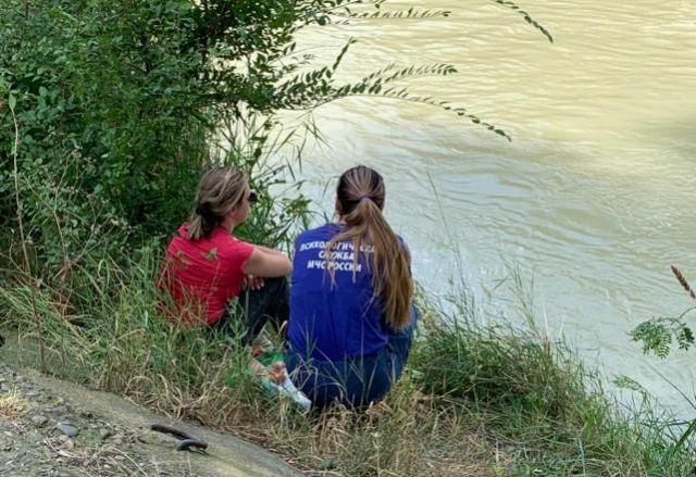 Психологи работают с родными утонувших, пока спасатели занимаются поисками.