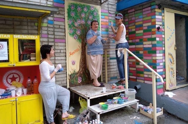 Вместе с горожанами активисты превращают двери в произведение искусства
