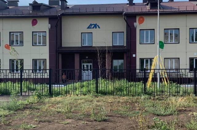 В Оренбурге построенный по нацпроекту детсад уже год простаивает и постепенно разрушается.