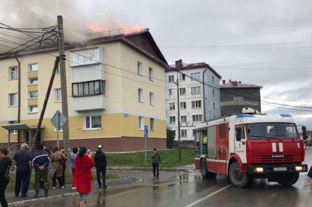 К моменту прибытия первого пожарного подразделения крыша горела по всей площади.