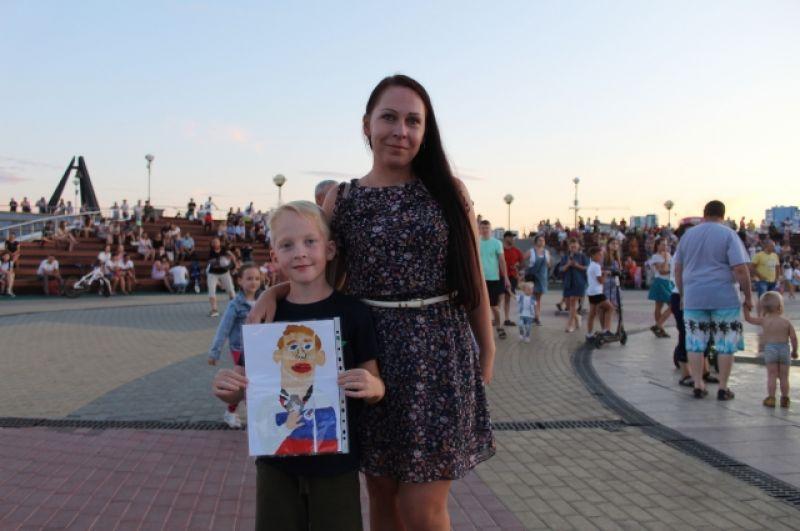 Маленький Егор занимается гимнастикой и принес на встречу с кумиром портрет Аблязина.