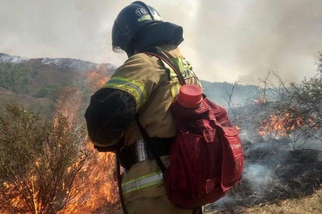 К тушению пожара Кувандыкском городском округе привлечены 180 человек и авиация.