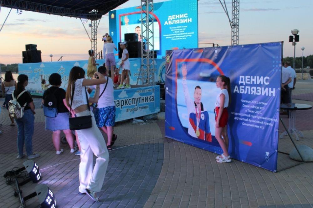 В тот день поклонники фотографировались и с живым Аблязиным, и с его фото.
