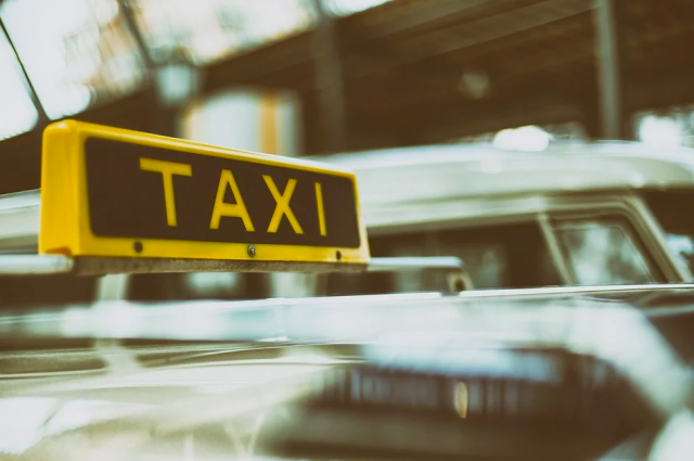 Улетел в кювет: оренбуржцы взыскали со службы вызова такси по 225 рублей за аварию.