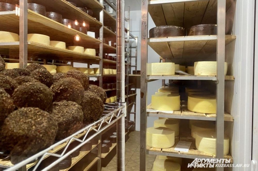 Сыровары делают 17 сортов сыра разной выдержки. Для этого молоко пастеризуют, ферментируют и заквашивают, отделяют сырную массу, похожую на творог, от сыворотки, прессуют и сушат.