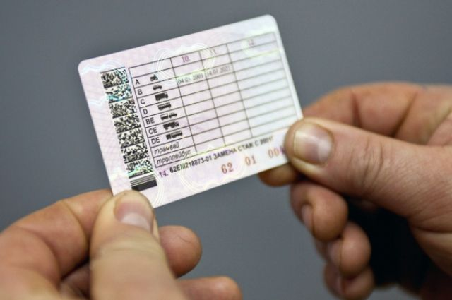 Оренбуржец семь лет катался по купленному в интернете водительскому удостоверению.