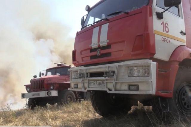 В Оренбургской области продолжает гореть сухая трава.