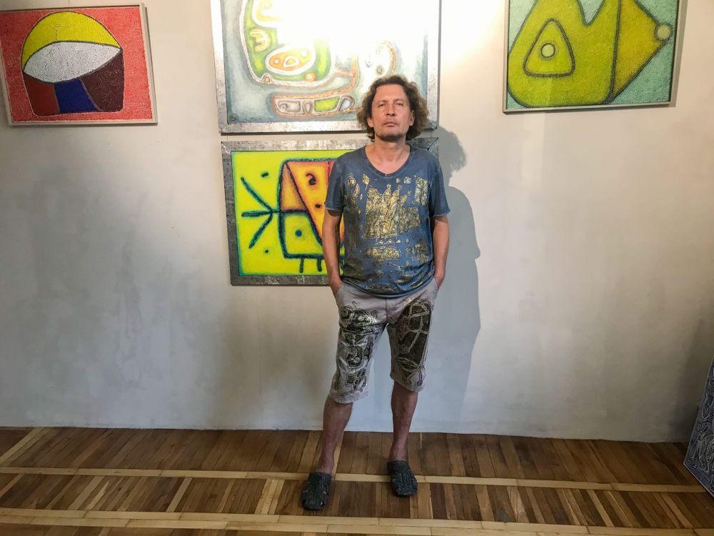 Вениамин считает, что нет такого понятия, как «вдохновение». Умение творить заложено в крови. На фото художник в одежде, которую сам разрисовал – от обуви до футболки.