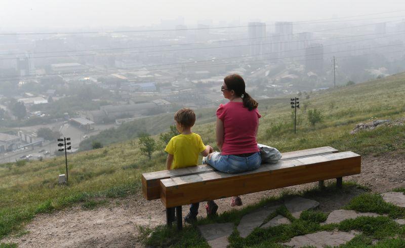 Женщина с ребёнком отдыхают на Караульной сопке в Красноярске