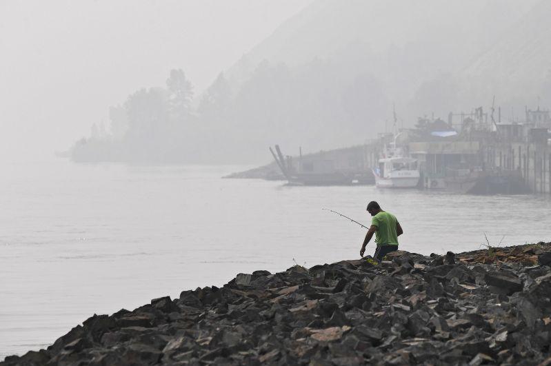 Рыбак на берегу Енисея в Красноярске