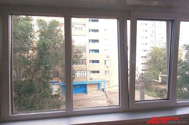 В Новотроицке двухлетний мальчик выпал из окна второго этажа и скончался от травм.
