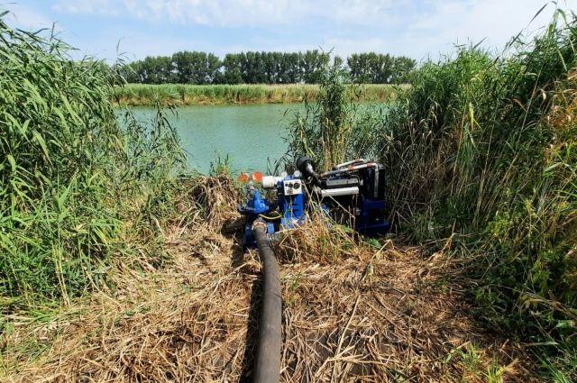 С помощью этой установки фермер перекачивал воду из реки Красной на поле.