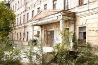 Выпускники Оренбургского летного училища встречают его столетие у разрушенного здания.