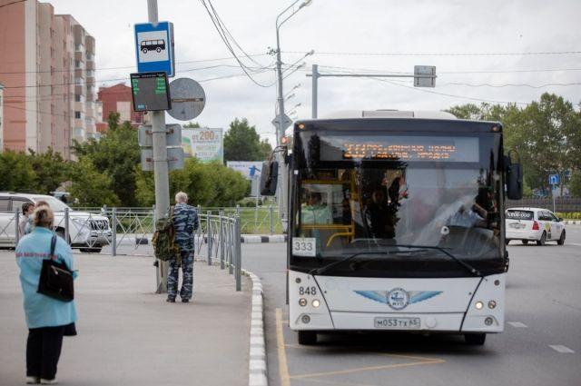 Электронное устройство отображает время прибытия автобуса на остановочный пункт.