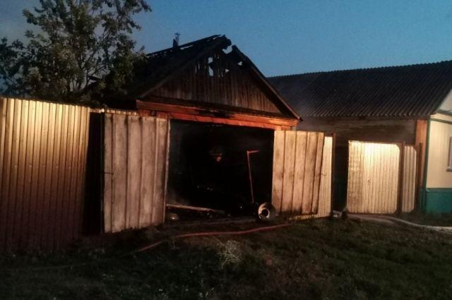 В Шарлыке при возгорании надворных построек пострадал ребенок 2007 года рождения.