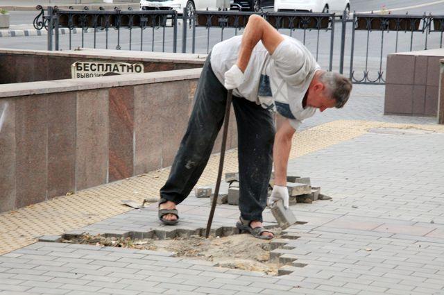 Да, работа в Волгограде и области есть. Но эксплуатация людей стала беспощадной, а зарплаты – мизерные.