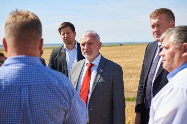 Алексей Журавлёв лично пообщался с комбайнёрами в поле.