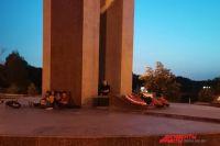Молодые оренбуржцы используют памятник афганцам как скамейки и лежаки.