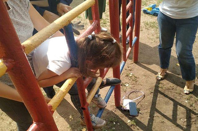 Голова шестилетней девочки застряла на игровой площадке в детсаду в Уфе