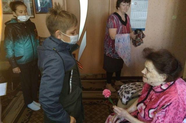 Ветеран с удовольствием принимает у себя гостей, особенно школьников, которым старается рассказать всё самое важное о войне.