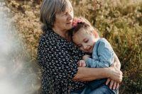 У бабушки и внучки очень теплые отношения.
