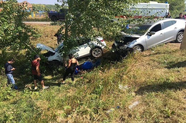 Водитель и его 16-летний сын пострадали в ДТП двух иномарок в Уфе