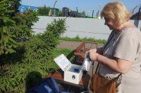 Елена бережно достаёт кассету для измерений.