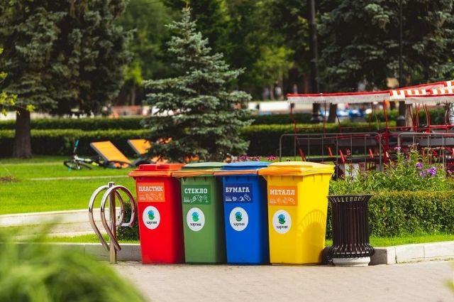 В Оренбурге сотрудники ППС доставили мужчину из мусорного контейнера в отдел. ел