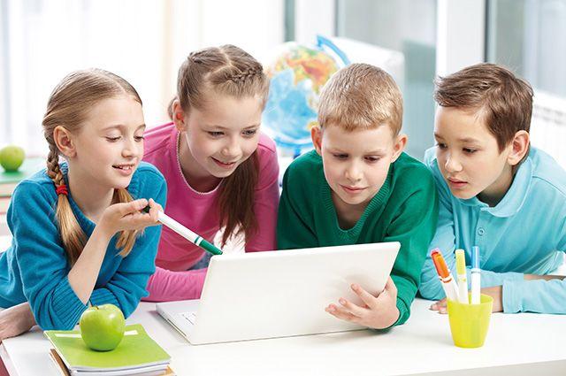 Современные дети осваивают гаджеты раньше, чем научатся читать.